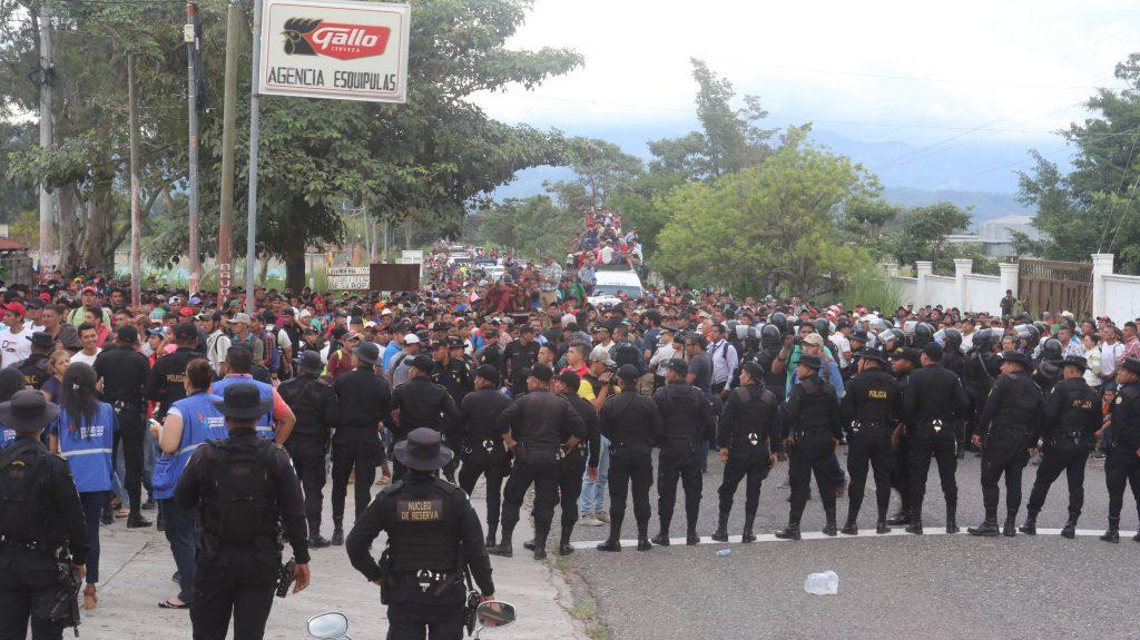 Migrantes hondureños pasarán la noche en albergues